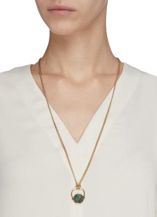 模特儿示范图 - 点击放大 - ISABEL MARANT - SAUTOIR圆形纹理石头黄铜吊坠项链