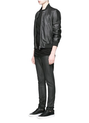 模特儿示范图 - 点击放大 - Rick Owens DRKSHDW - 涂层弹性棉料牛仔裤