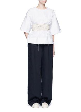模特儿示范图 - 点击放大 - CÉDRIC CHARLIER - 腰带缀饰皱感上衣