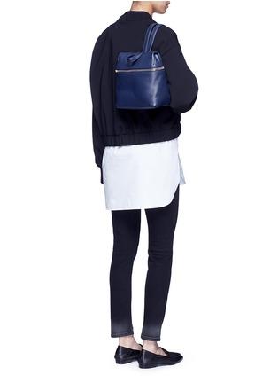 模特示范图 - 点击放大 - KARA - 小号荔枝纹皮革背包