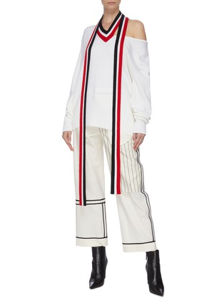 模特儿示范图 - 点击放大 - MONSE - 切割露单肩拼色条纹垂坠布饰超细美丽诺羊毛针织衫