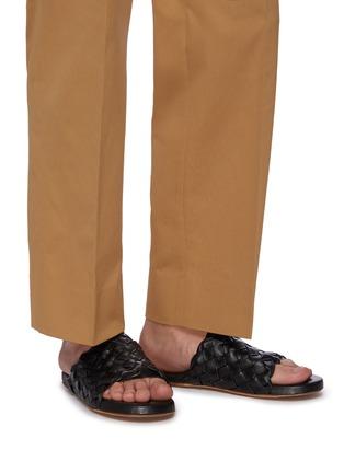 模特儿示范图 - 点击放大 - BOTTEGA VENETA - Foot Bed交叠编织真皮拖鞋