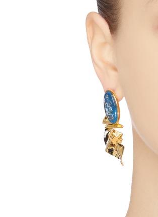 模特儿示范图 - 点击放大 - EJING ZHANG - MARTINEAU树脂几何造型镀18k金纯银耳环