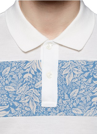 细节 - 点击放大 - MONCLER - 印花布块拼贴纯棉polo衫