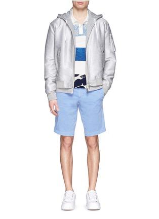 模特儿示范图 - 点击放大 - MONCLER - 印花布块拼贴纯棉polo衫