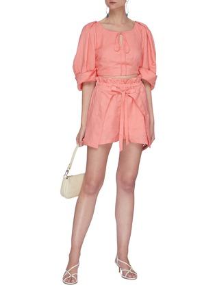 模特儿示范图 - 点击放大 - CULT GAIA - Johanna泡泡袖系带镂空短款亚麻上衣