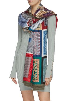 模特儿示范图 - 点击放大 - FRANCO FERRARI - PALLINO复古图案真丝围巾