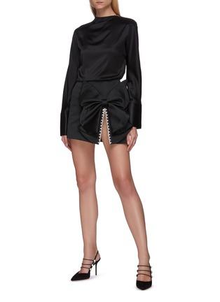 模特儿示范图 - 点击放大 - AREA - 仿水晶点缀开衩蝴蝶结半裙