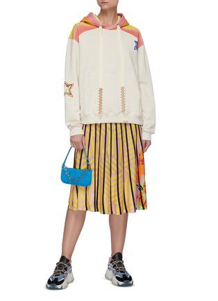 模特儿示范图 - 点击放大 - MIRA MIKATI - 拼色条纹星星图案连帽卫衣