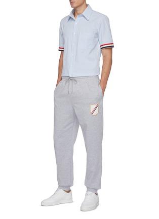 模特儿示范图 - 点击放大 - THOM BROWNE - 徽章拼贴抽绳裤腰纯棉休闲裤