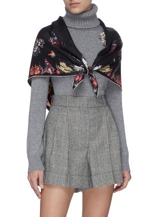 模特儿示范图 - 点击放大 - ALEXANDER MCQUEEN - 品牌名称蝴蝶图案围巾