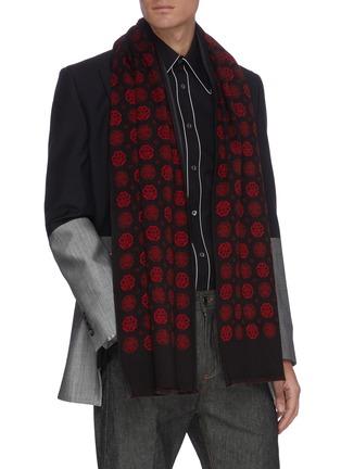 模特儿示范图 - 点击放大 - ALEXANDER MCQUEEN - 拼色几何图案羊毛混丝围巾