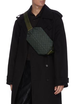模特儿示范图 - 点击放大 - BOTTEGA VENETA - 拼色交叠图案腰包