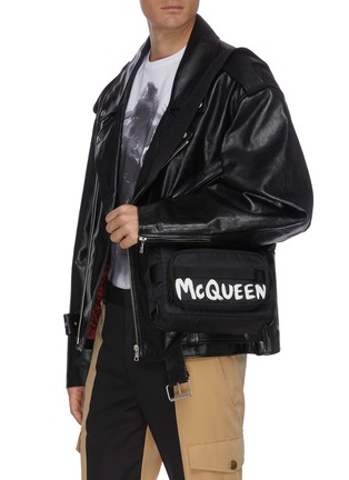 模特儿示范图 - 点击放大 - ALEXANDER MCQUEEN - 拼色涂鸦logo相机包
