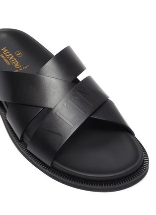 细节 - 点击放大 - VALENTINO - VALENTINO GARAVANI VLTN交叉搭带真皮凉鞋
