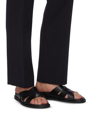 模特儿示范图 - 点击放大 - VALENTINO - VALENTINO GARAVANI VLTN交叉搭带真皮凉鞋
