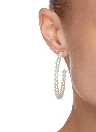 模特儿示范图 - 点击放大 - LELE SADOUGHI - 淡水珍珠圆环造型开口耳环