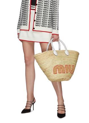 模特儿示范图 - 点击放大 - MIU MIU - Palmetto英文字编织拉菲草手提包