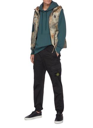 模特儿示范图 - 点击放大 - STONE ISLAND - 可拆式品牌标志徽章松紧裤腰混棉及羊毛工装裤