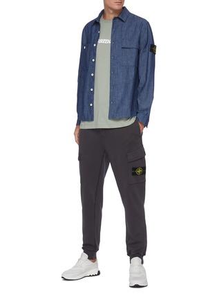 模特儿示范图 - 点击放大 - STONE ISLAND - 可拆式品牌标志徽章抽绳纯棉工装休闲裤