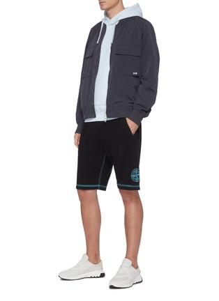 模特儿示范图 - 点击放大 - STONE ISLAND - 拼贴线条logo纯棉休闲短裤