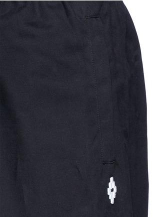 细节 - 点击放大 - MARCELO BURLON - ANTISANA品牌标志刺绣休闲裤