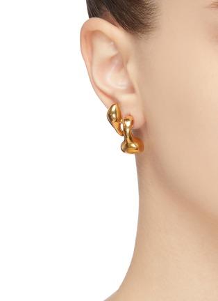 模特儿示范图 - 点击放大 - MISHO - Pebble Pods 22k金点缀几何造型纯银耳环
