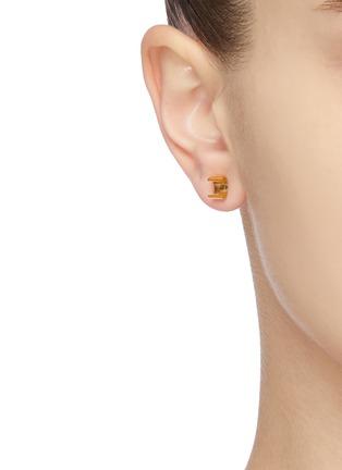 模特儿示范图 - 点击放大 - MISHO - Minimal/Active Tiny Pods 22k金点缀几何造型纯银耳环