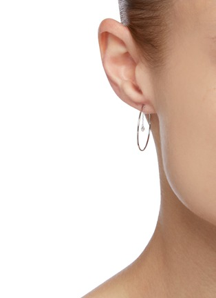 模特儿示范图 - 点击放大 - PERSÉE PARIS - Encerclez-Moi钻石点缀18k白金开口圆环造型单只耳环