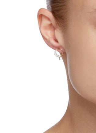 模特儿示范图 - 点击放大 - PERSÉE PARIS - The Rain Song钻石珍珠点缀18k黄金耳环