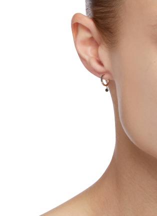 模特儿示范图 - 点击放大 - PERSÉE PARIS - Baby钻石点缀 18k黄金开口圆环造型单只耳环