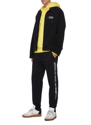 模特儿示范图 - 点击放大 - HELMUT LANG - 拼色英文字标语抽绳裤腰纯棉休闲裤