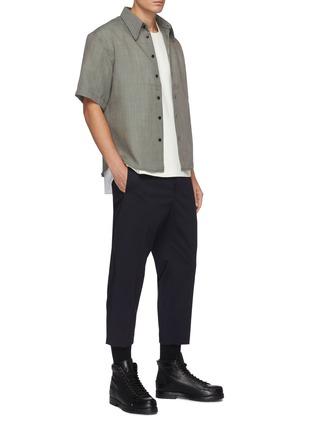 模特儿示范图 - 点击放大 - CORNERSTONE - 拼色细格纹羊毛混马海毛短袖衬衫