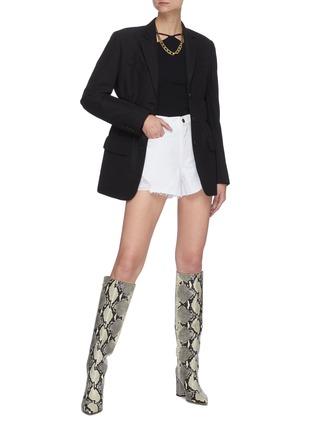 模特儿示范图 - 点击放大 - FRAME DENIM - LE BRIGETTE须边牛仔短裤