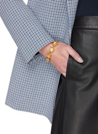 模特儿示范图 - 点击放大 - GOOSSENS - 几何造型缀饰金属手链
