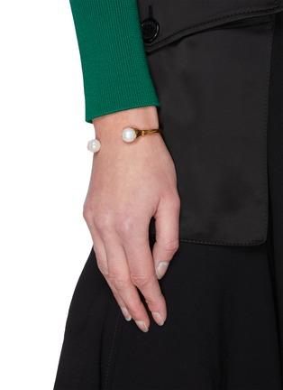 模特儿示范图 - 点击放大 - GOOSSENS - 人造珍珠点缀开口圆环造型金属手镯