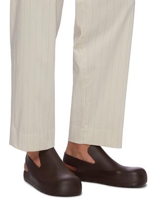模特儿示范图 - 点击放大 - BOTTEGA VENETA - 露跟橡胶凉鞋