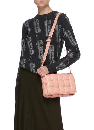 模特儿示范图 - 点击放大 - BOTTEGA VENETA - CASETTE夹棉交叠编织真皮斜挎包