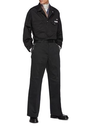 模特儿示范图 - 点击放大 - TOGA VIRILIS - logo拼贴铆钉饰边褶间阔腿裤