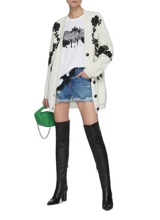 模特儿示范图 - 点击放大 - FRAME DENIM - LE GRAND磨破水洗混棉牛仔短裤