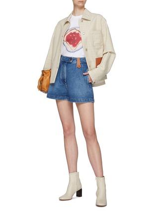 模特儿示范图 - 点击放大 - LOEWE - 品牌名称真皮拼贴水洗纯棉牛仔短裤