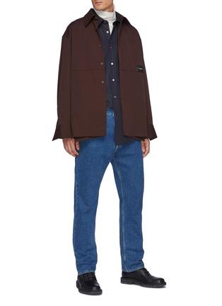 模特儿示范图 - 点击放大 - WOOYOUNGMI - logo拼贴侧开衩衬衫