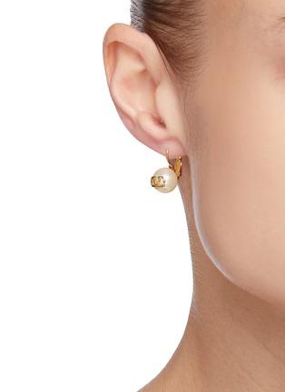 模特儿示范图 - 点击放大 - VALENTINO - VALENTINO GARAVANI人造珍珠点缀VLOGO金属吊坠耳环