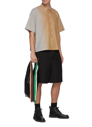 模特儿示范图 - 点击放大 - KARMUEL YOUNG - 渐变拼色格子纯棉短袖衬衫