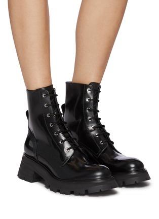 模特儿示范图 - 点击放大 - ALEXANDER MCQUEEN - WANDER系带战斗靴