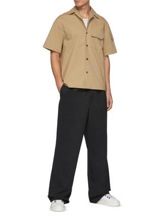 模特儿示范图 - 点击放大 - BOTTEGA VENETA - 纹理钮扣翻盖口袋棉质短袖衬衫