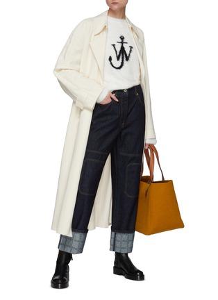 模特儿示范图 - 点击放大 - JW ANDERSON - logo几何拼贴水洗牛仔裤