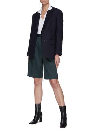 模特儿示范图 - 点击放大 - MAISON MARGIELA - 高腰褶间西服短裤