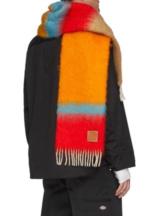 模特儿示范图 - 点击放大 - LOEWE - LOGO拼贴渐变色马海毛混羊毛围巾