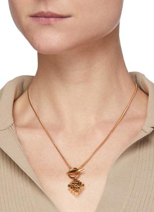 模特儿示范图 - 点击放大 - LOEWE - 立体Anagram logo黄铜吊坠项链